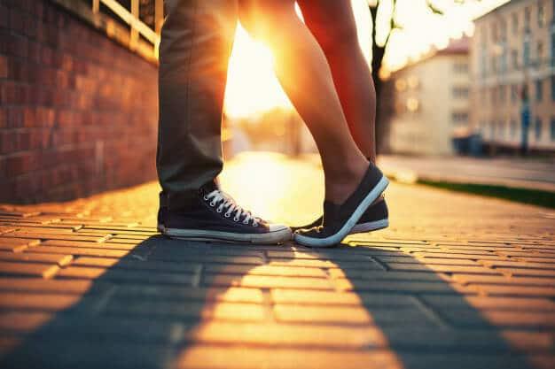 Casal com saúde ao nascer do sol